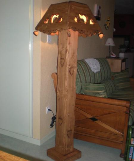 Lampadaire artisanal en bois déco chalet montagne