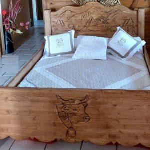 Lit artisanal en bois déco chalet montagne