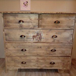 Commode artisanale en bois pour bébé